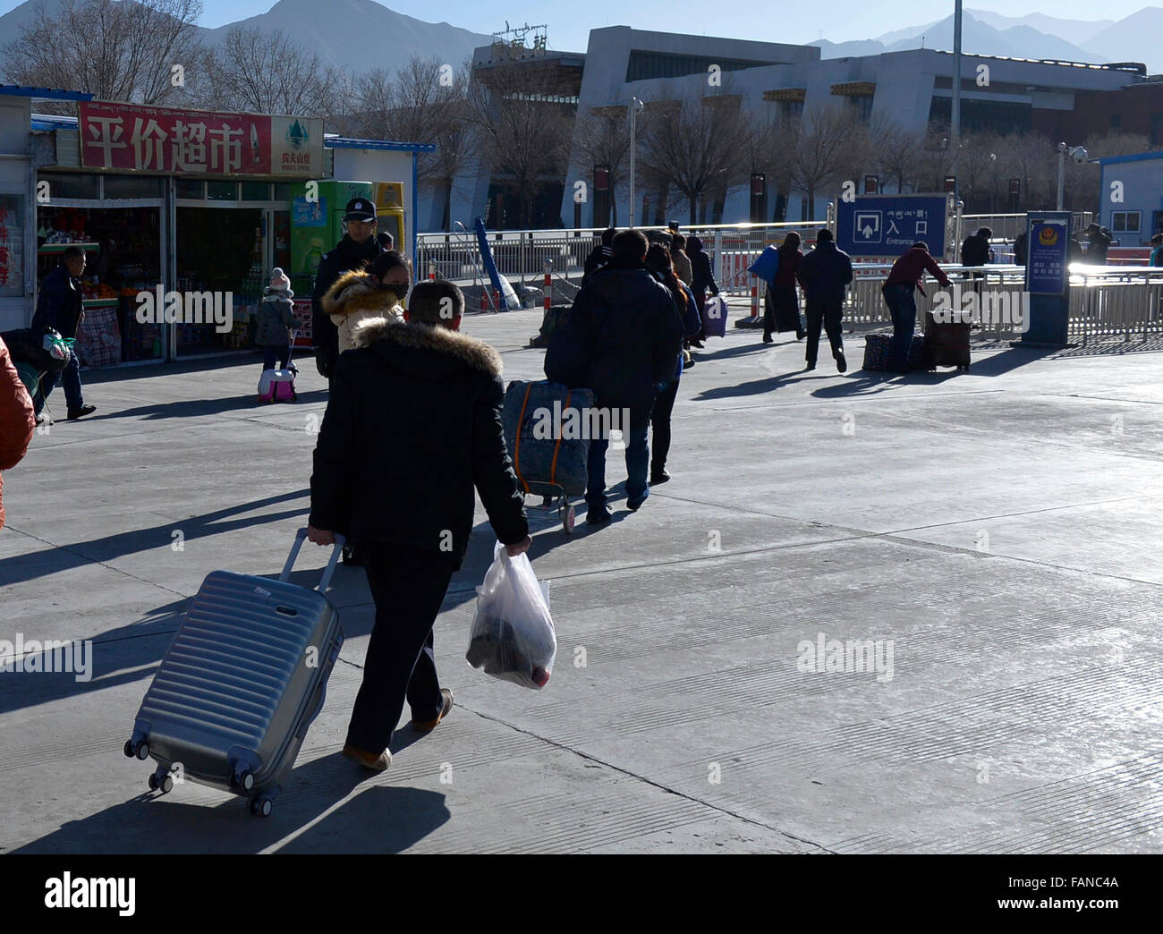 Lhasa, China's Tibet Autonomous Region. 2nd Jan, 2016. Passengers head for a train station in Lhasa, capital - Stock Image