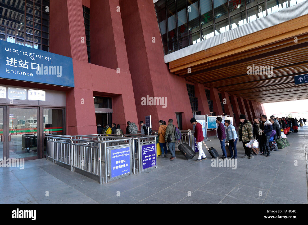 Lhasa, China's Tibet Autonomous Region. 2nd Jan, 2016. Passengers enter a train station in Lhasa, capital of - Stock Image