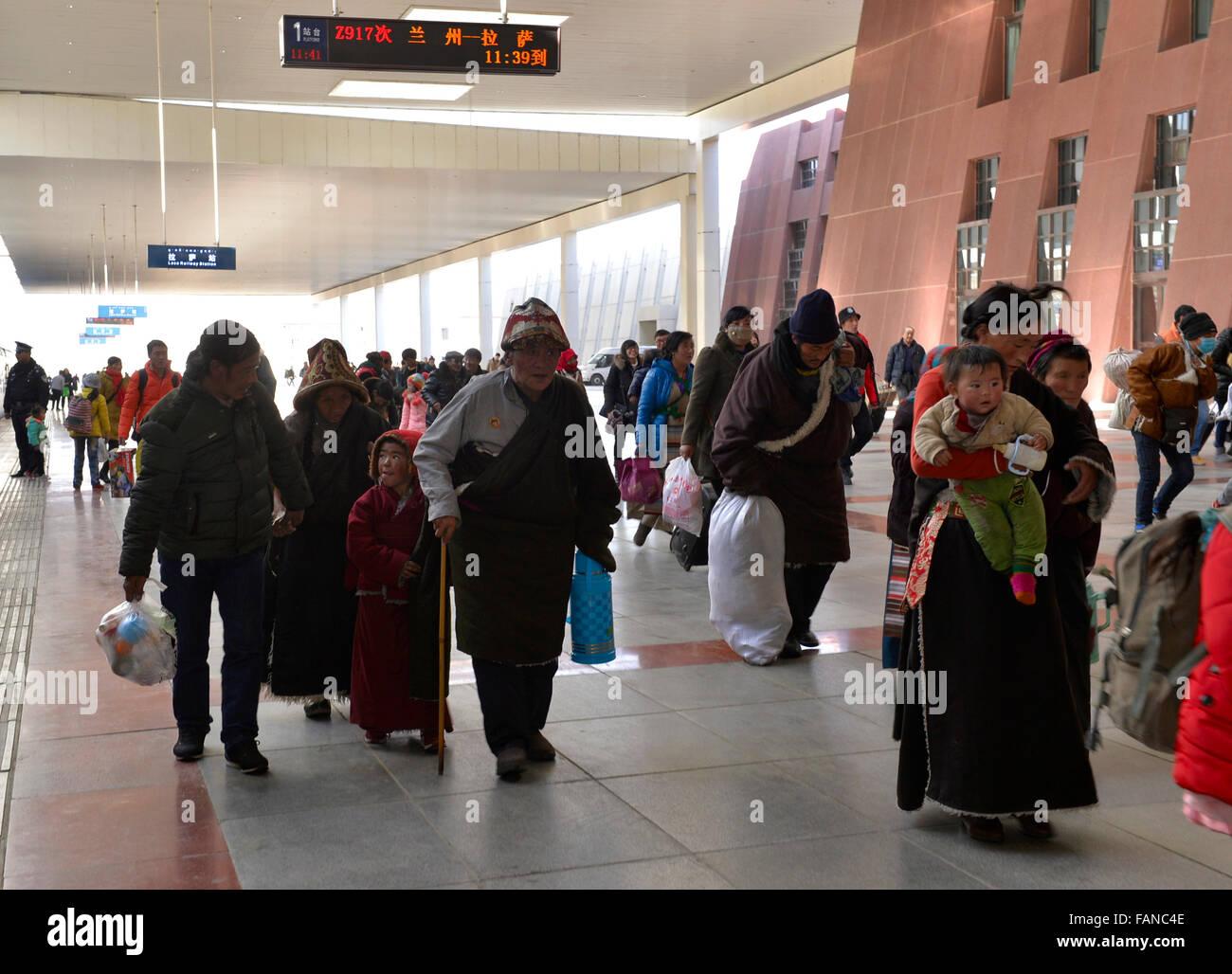 Lhasa, China's Tibet Autonomous Region. 2nd Jan, 2016. Passengers walk on the platform of a train station in - Stock Image