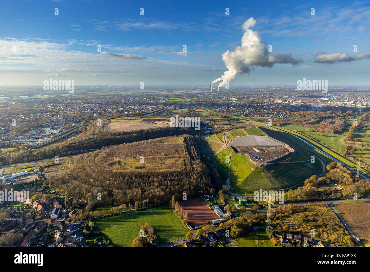 Slag heaps and Wehofen landfill, behind Dinslaken, Ruhr district, North Rhine-Westphalia, Germany - Stock Image