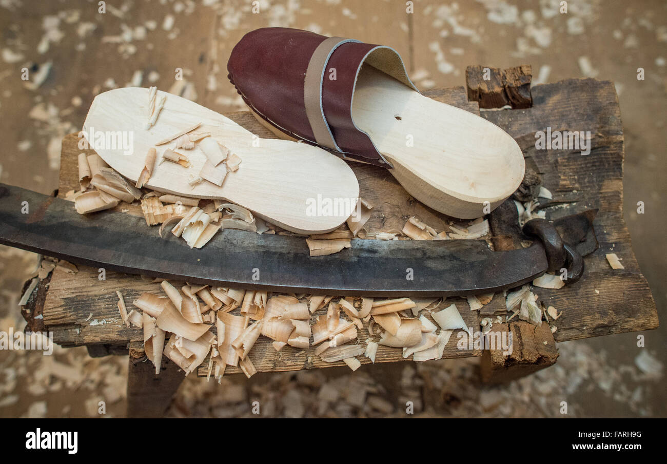 Burg, Germany. 07th Dec, 2015. A wooden slipper lies next to a wooden sole and a pressure gauge at the workshop - Stock Image