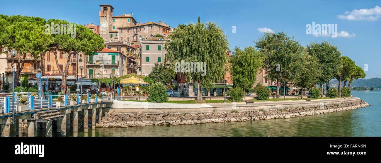 Seafront and Pier of Passignano sul Trasimeno, Umbria, Italy | Seefront und Pier von Passignano sul Trasimeno, Umbrien, - Stock Image