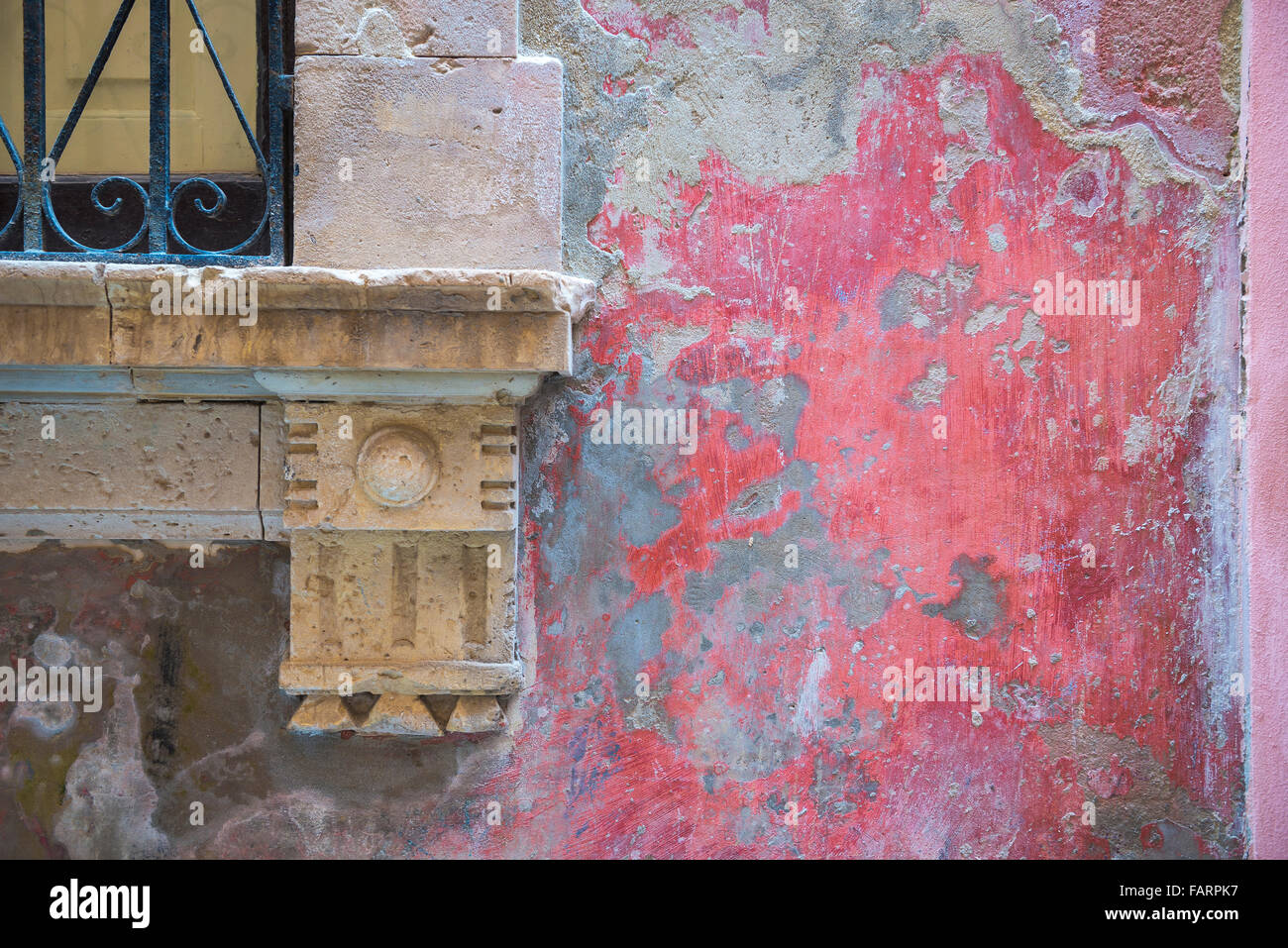 Wall Italy old, detail of a faded and weathered patch of red stucco on a wall in the historic old town of Ortigia, - Stock Image