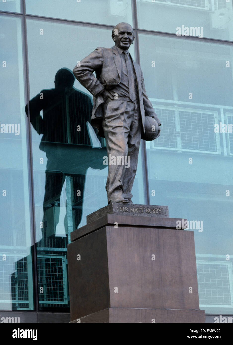 MANCHESTER UNITED FOOTBALL CLUB (Old Trafford), Sir Matt Busby Way, Manchester. View of the statue of Sir Matt Busby. - Stock Image