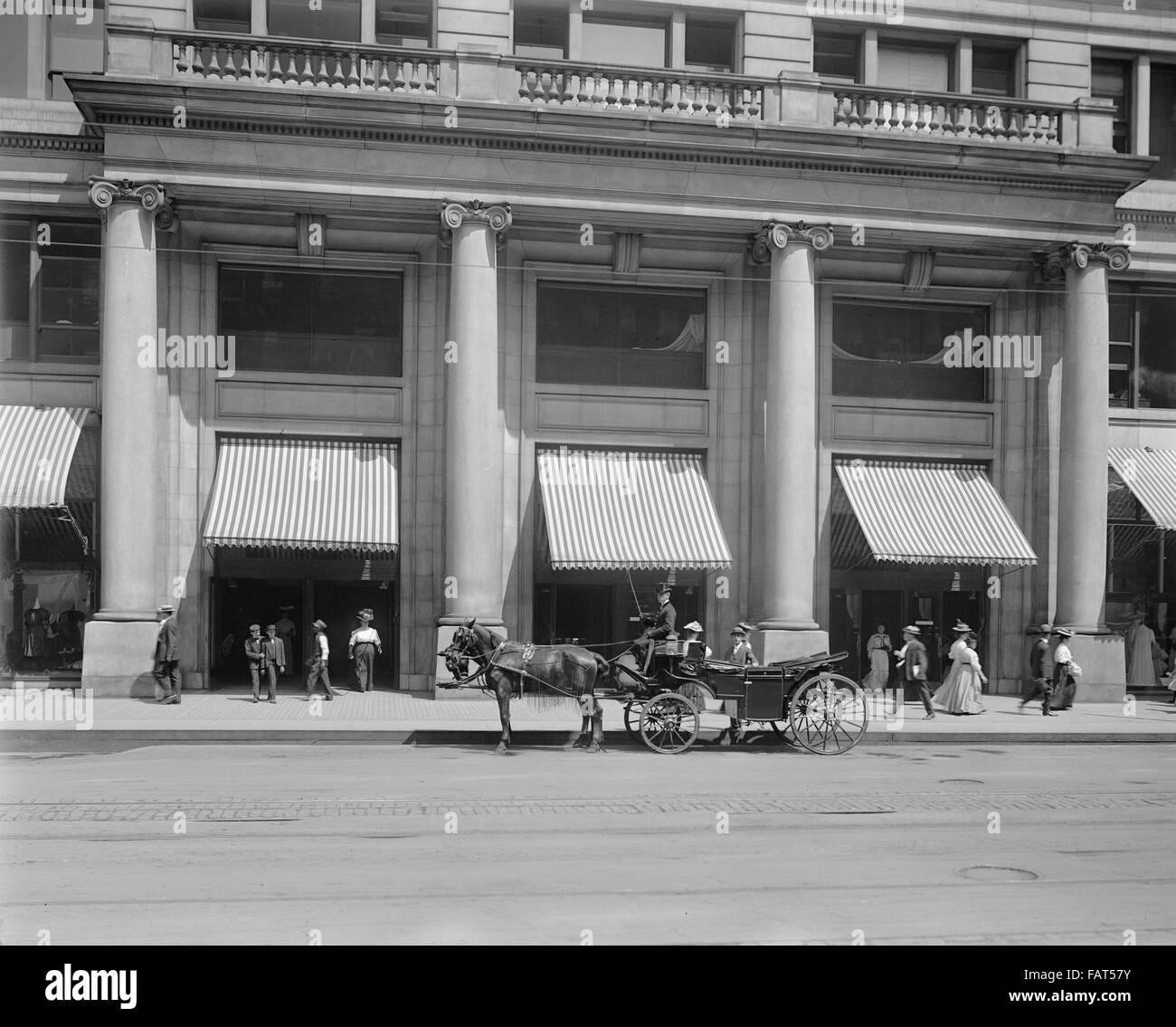 Entrance to Marshall Field's Store, Chicago, Illinois, USA, circa 1908 - Stock Image