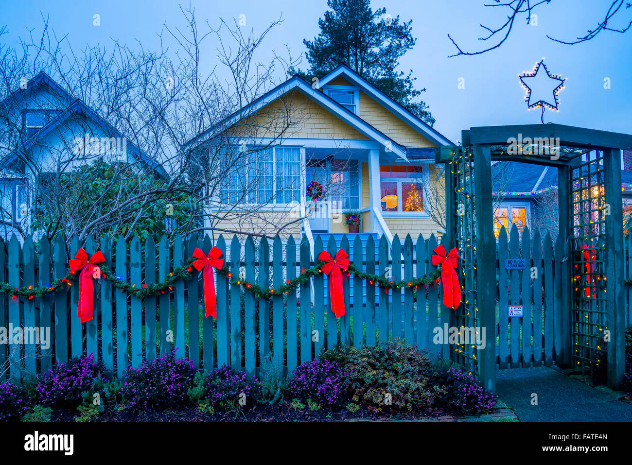 picket fence decorated for Christmas - Stock Image