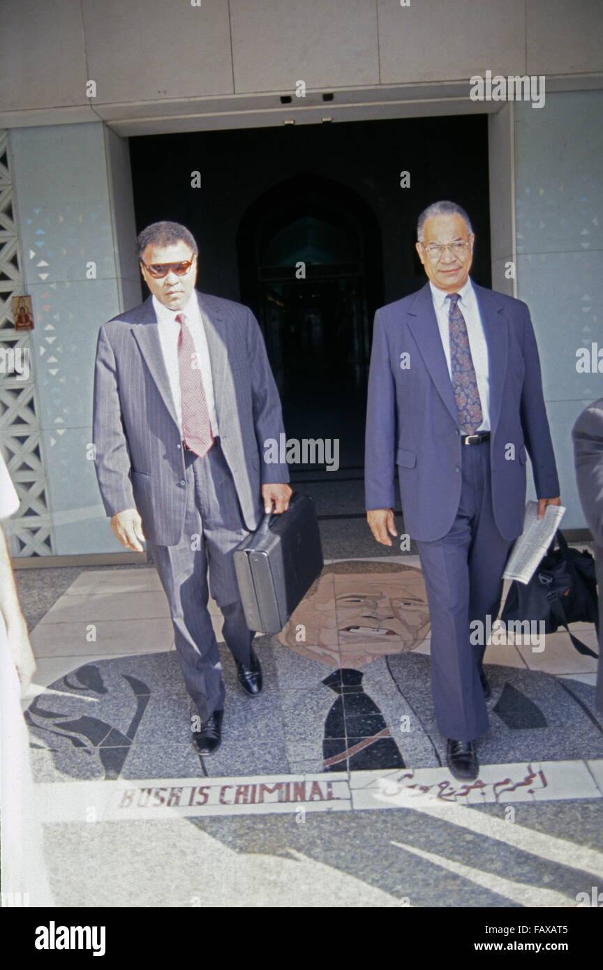 World heavyweight boxing champion Muhammad Ali at the entrance ofRashid Hotel in Baghdad, walks over a 'Bush - Stock Image