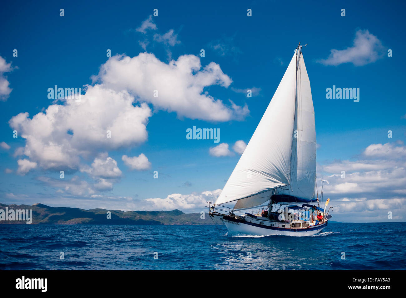 38 foot Sloop 'Ariel' in full sail in the Whitsunday Islands, Queensland, Australia. - Stock Image
