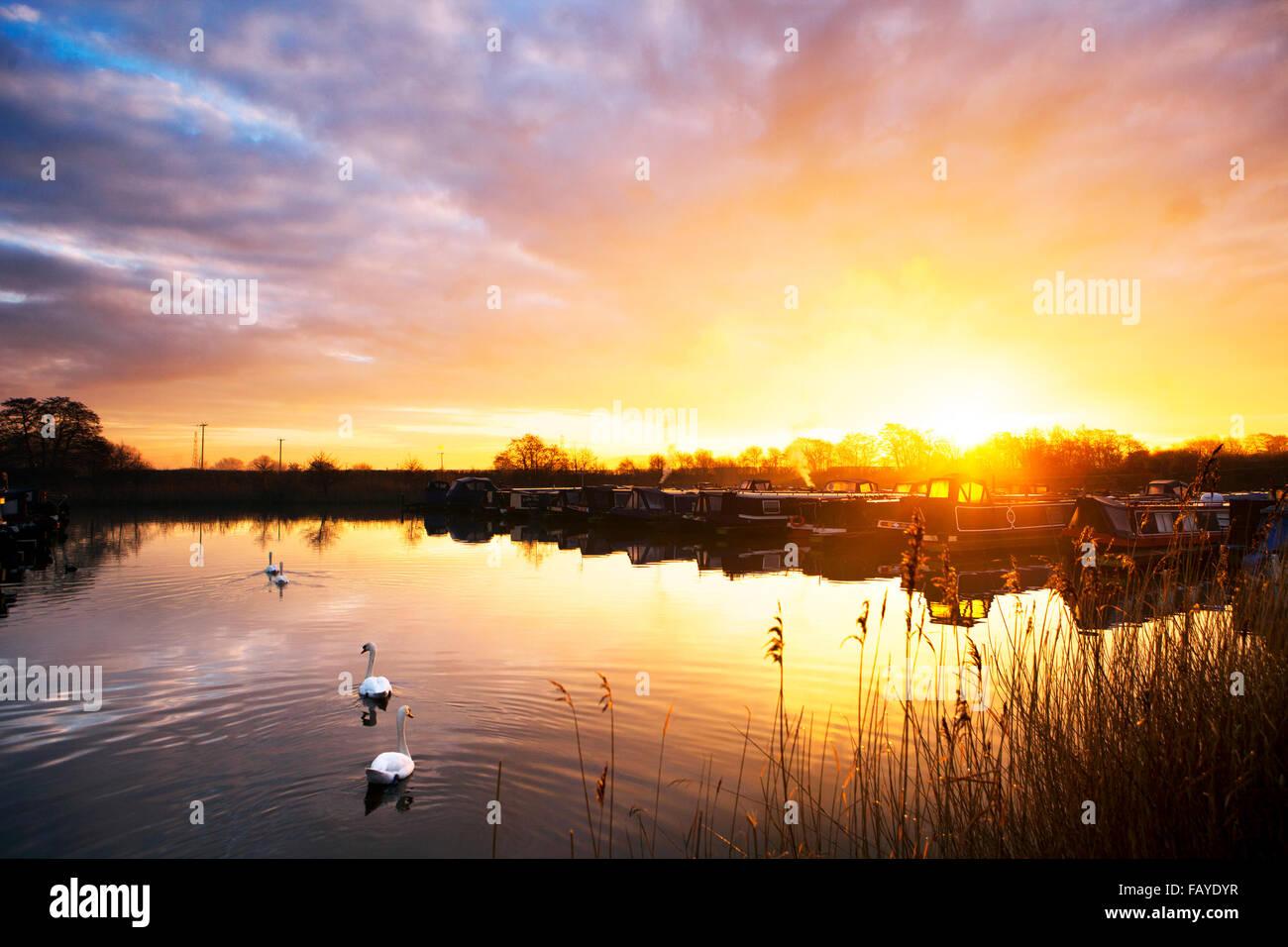 UK Weather 06 Jan 2016.  Sunrise over canal boats, Rufford, Lancashire, UK.  The soft amber glow of the sunrise Stock Photo