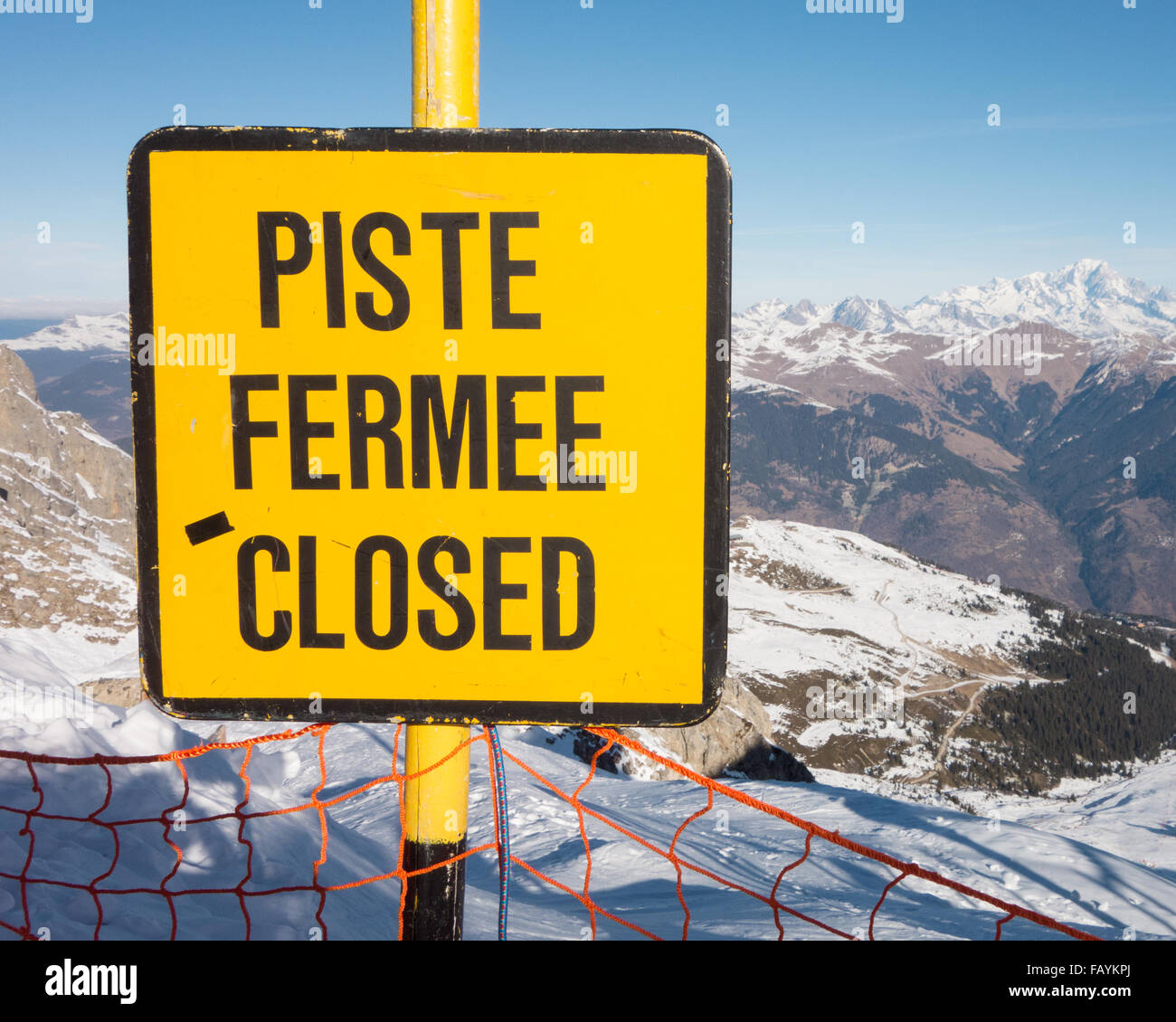 Piste Closed sign in the Three Valleys ski area, above Courchevel 1850, French Alps - Stock Image