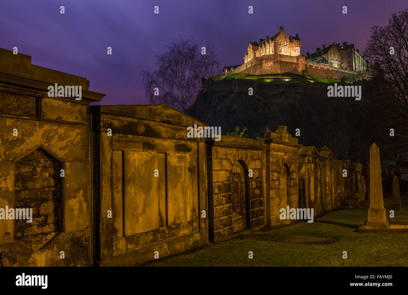 A stunning view of Edinburgh Castle from a Churchyard, Scotland. - Stock Image