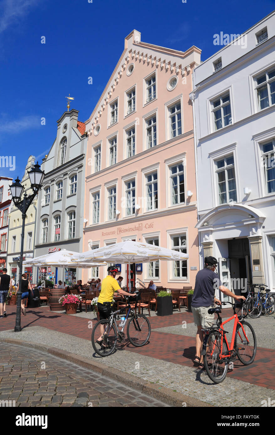 Houses with cafes and restaurants at market square, Wismar, Baltic Sea, Mecklenburg Western Pomerania, Germany, - Stock Image
