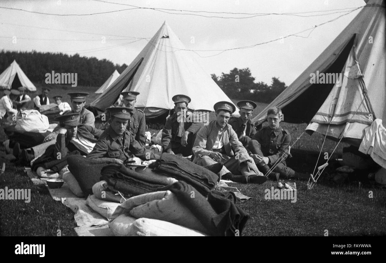 AJAXNETPHOTO.- 1914-1918 APPROX. FRANCE. - SOLDIERS RELAXING - A GROUP OF BRITISH SOLDIERS WITH THEIR KIT AND TENTS - Stock Image