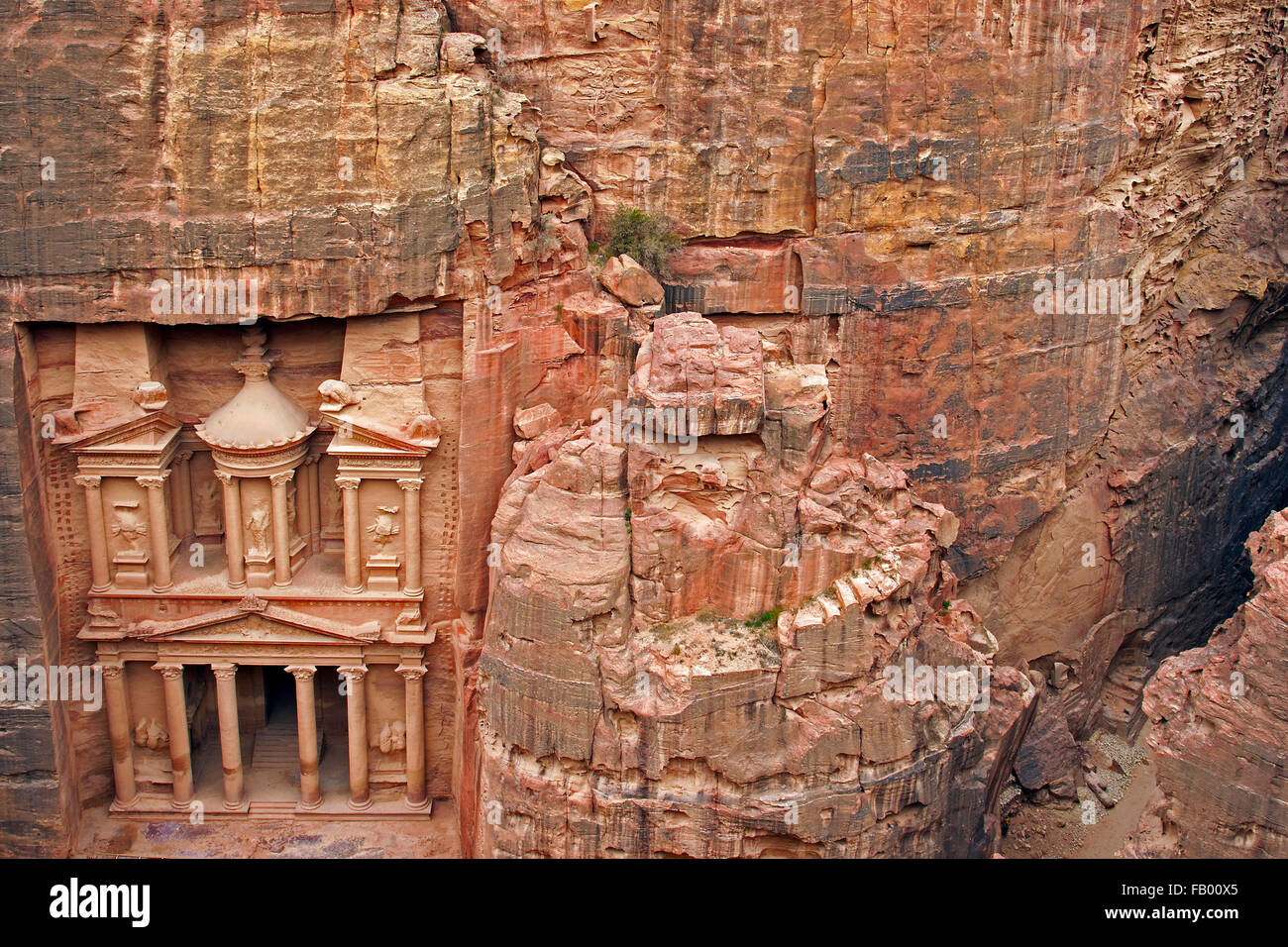 Al Khazneh / The Treasury, carved out of a sandstone rock face in the ancient city of Petra in southern Jordan - Stock Image