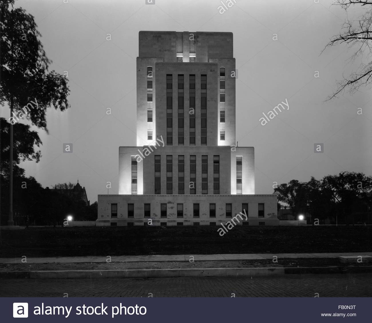 Exterior, building in the evening with lighting. Racine County Court House in Racine (Wis.), 1932 Mar. 8. - Stock Image