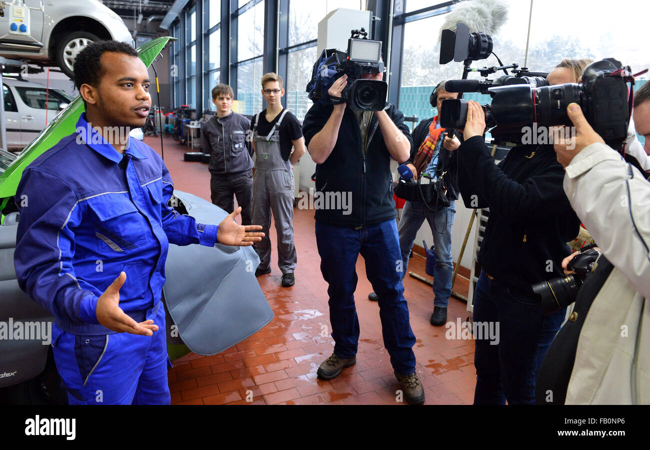 Nordhausen, Germany. 07th Jan, 2016. Refugee Michael Telcom (L) from Eritrea shows journalists his workplace in - Stock Image