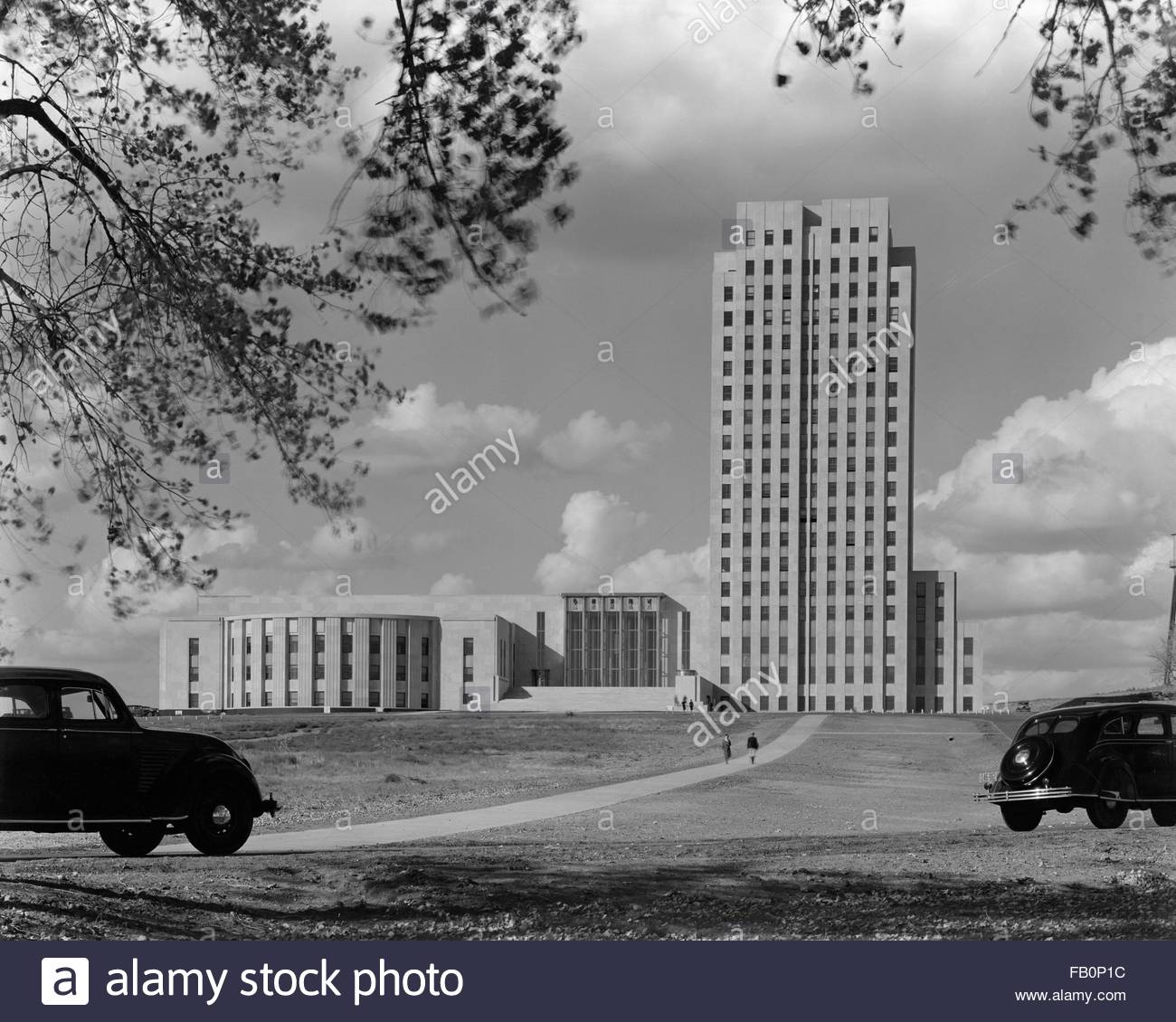 North Dakota State Capitol in Bismarck (N.D.), 1941 Jan. 13. Exterior, building with cars driving in the foreground - Stock Image