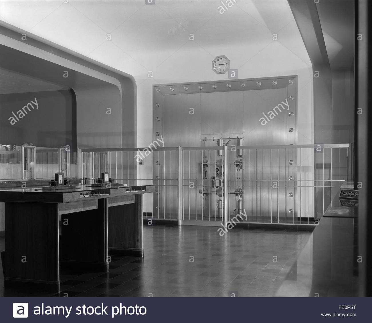 Amalgamated Trust and Savings Bank in Chicago (Ill.), 1935 May 1. Interior, bank lobby with a view of the vault. - Stock Image