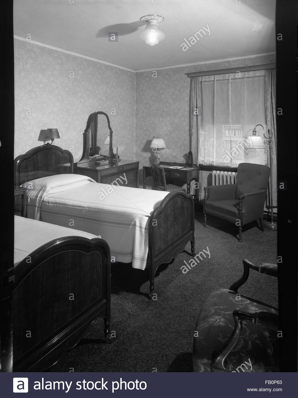 Stevens Hotel rooms in Chicago (Ill.), 1935 Apr.- May. Interior, room with two beds, a small writing desk and chairs. - Stock Image