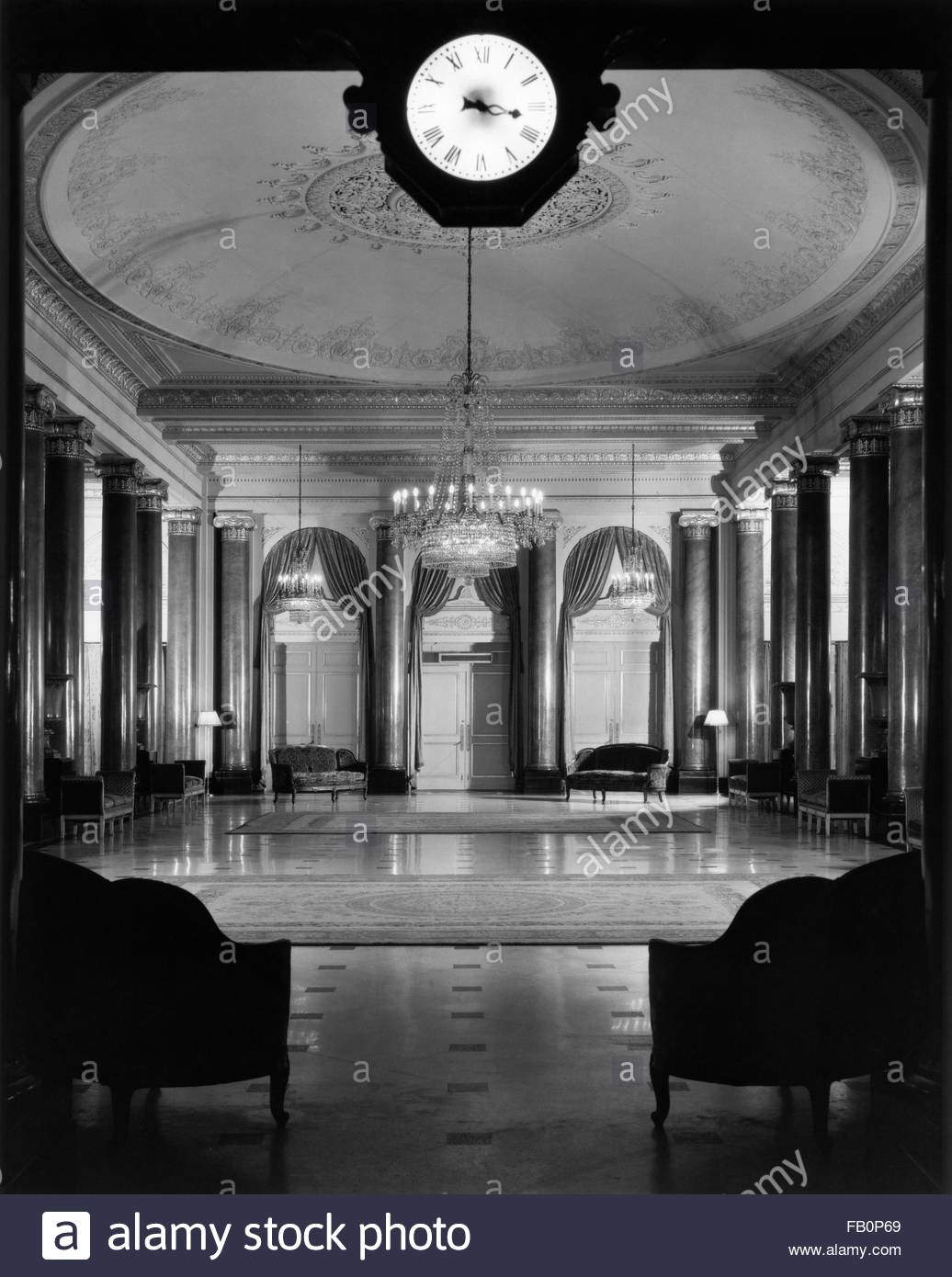 Beverly Theater and other Chicago views, 1935 Aug. 15. Interior, Palmer House fourth floor lobby - Stock Image