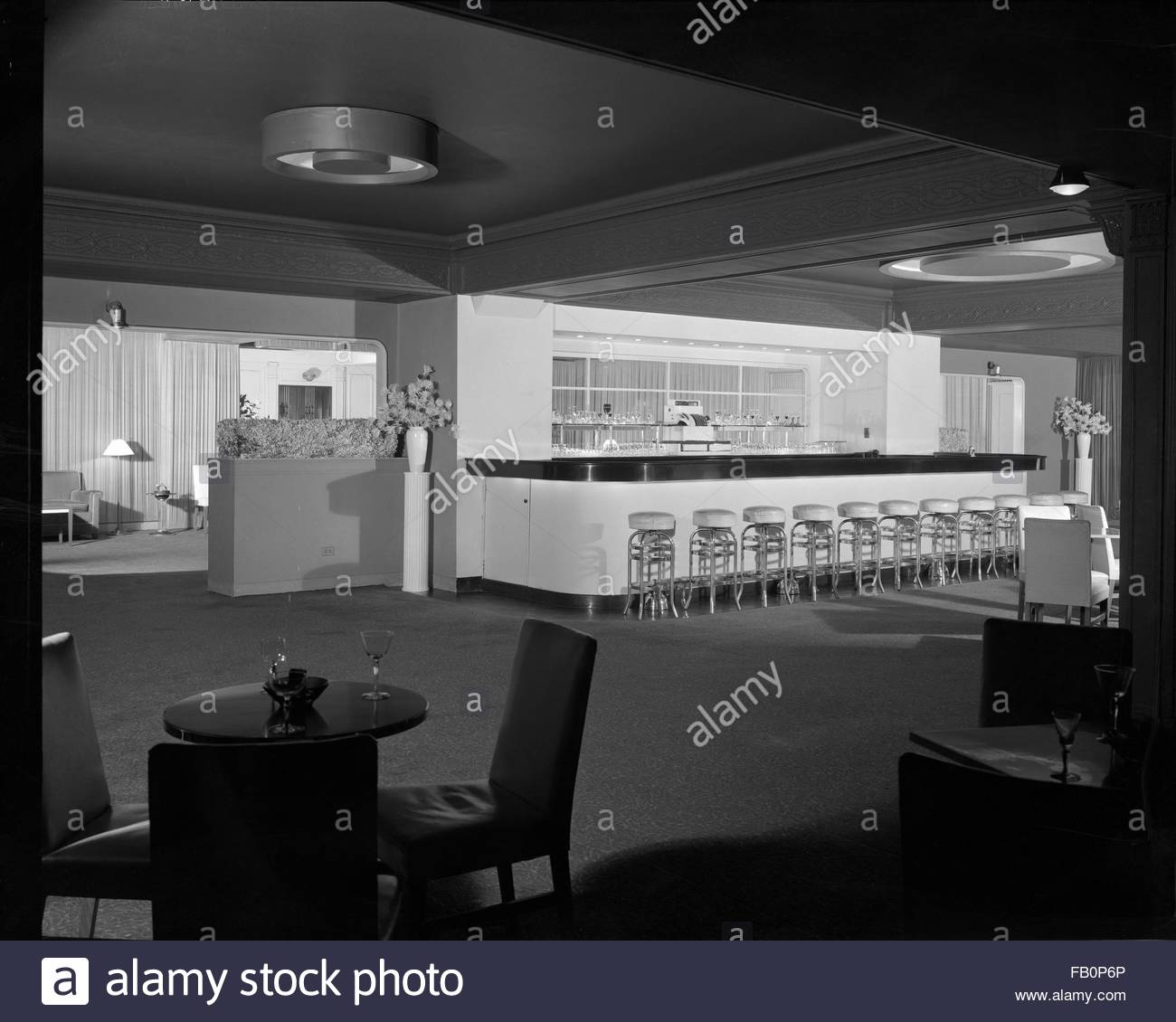 Stevens Hotel in Chicago (Ill.), 1936 Feb. 18. Interior, restaurant dining room and bar with stools around it. - Stock Image