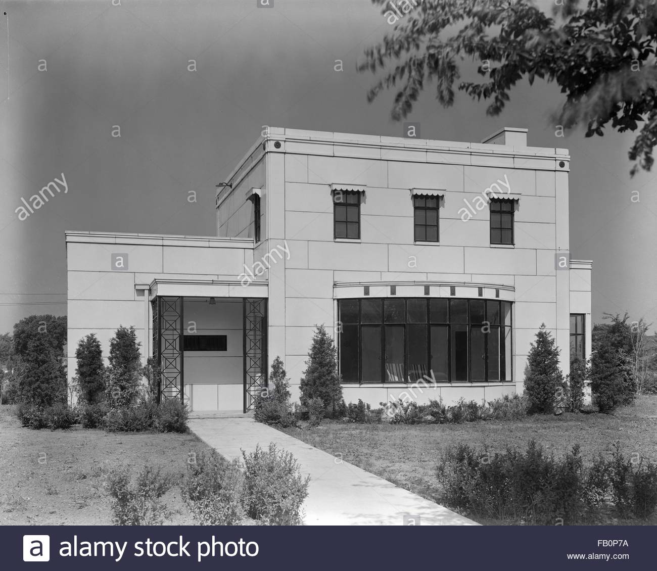 Good Housekeeping-Stran-Steel House in Wilmette (Ill.), 1936 June 17. Front elevation of house. - Stock Image