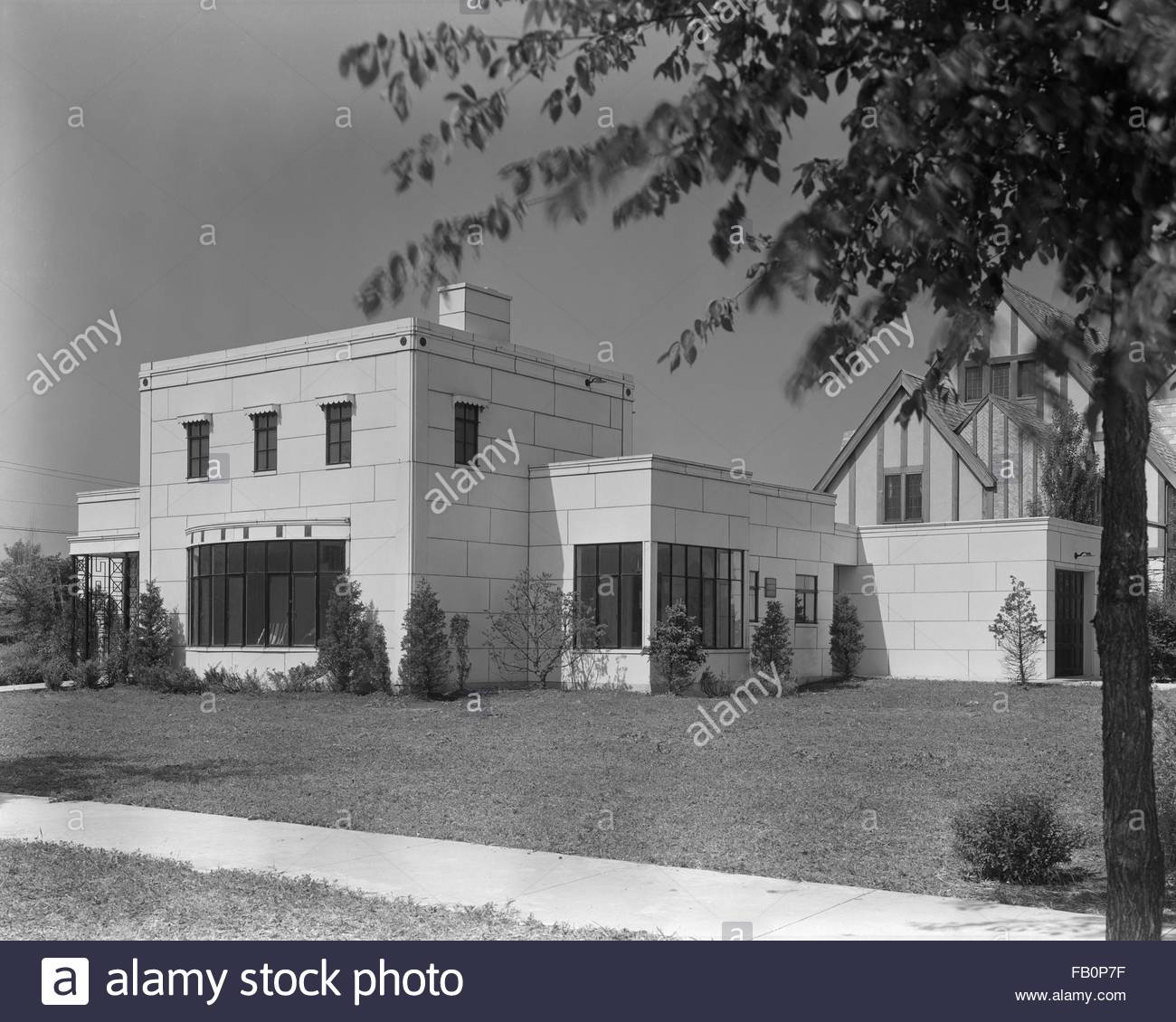 Good Housekeeping-Stran-Steel House in Wilmette (Ill.), 1936 June 17. Angled view of the front of the house. - Stock Image