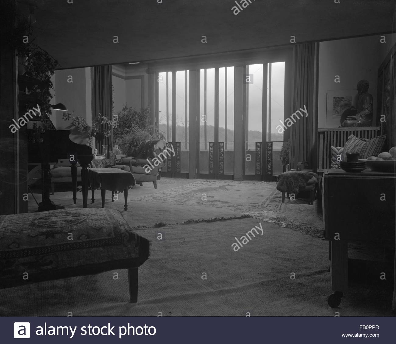Taliesin East in Spring Green (Wis.), 1937 Dec. Interior living room. - Stock Image