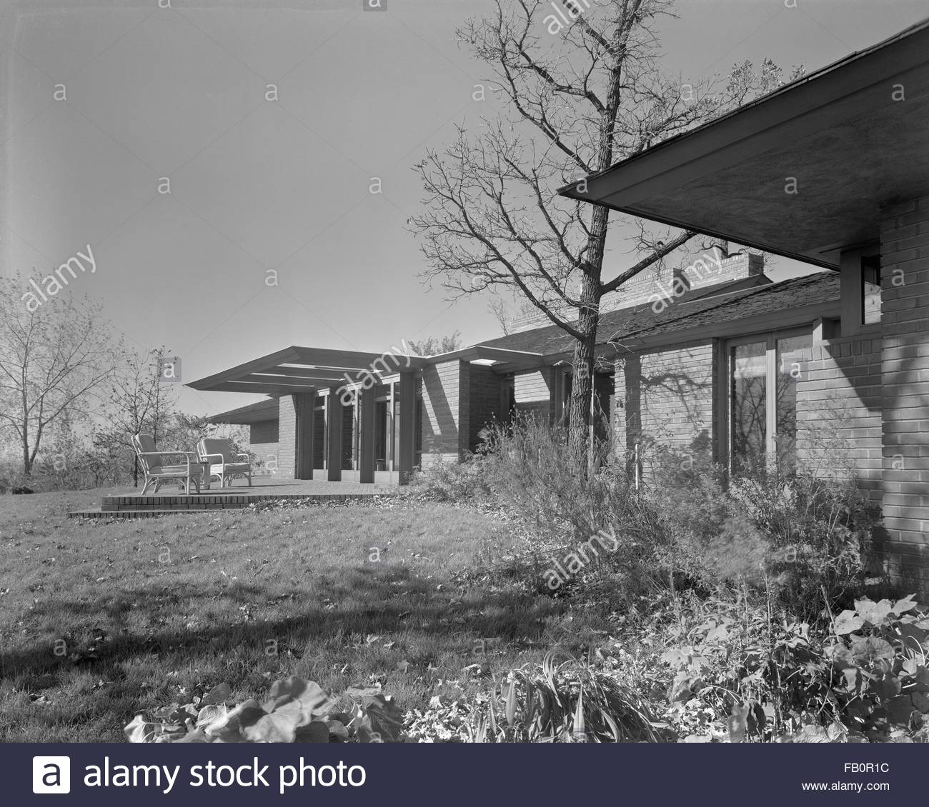 Malcom E. Willey residence in Minneapolis (Minn.), 1937 Dec. Exterior view of a single-story, brick house with wood - Stock Image