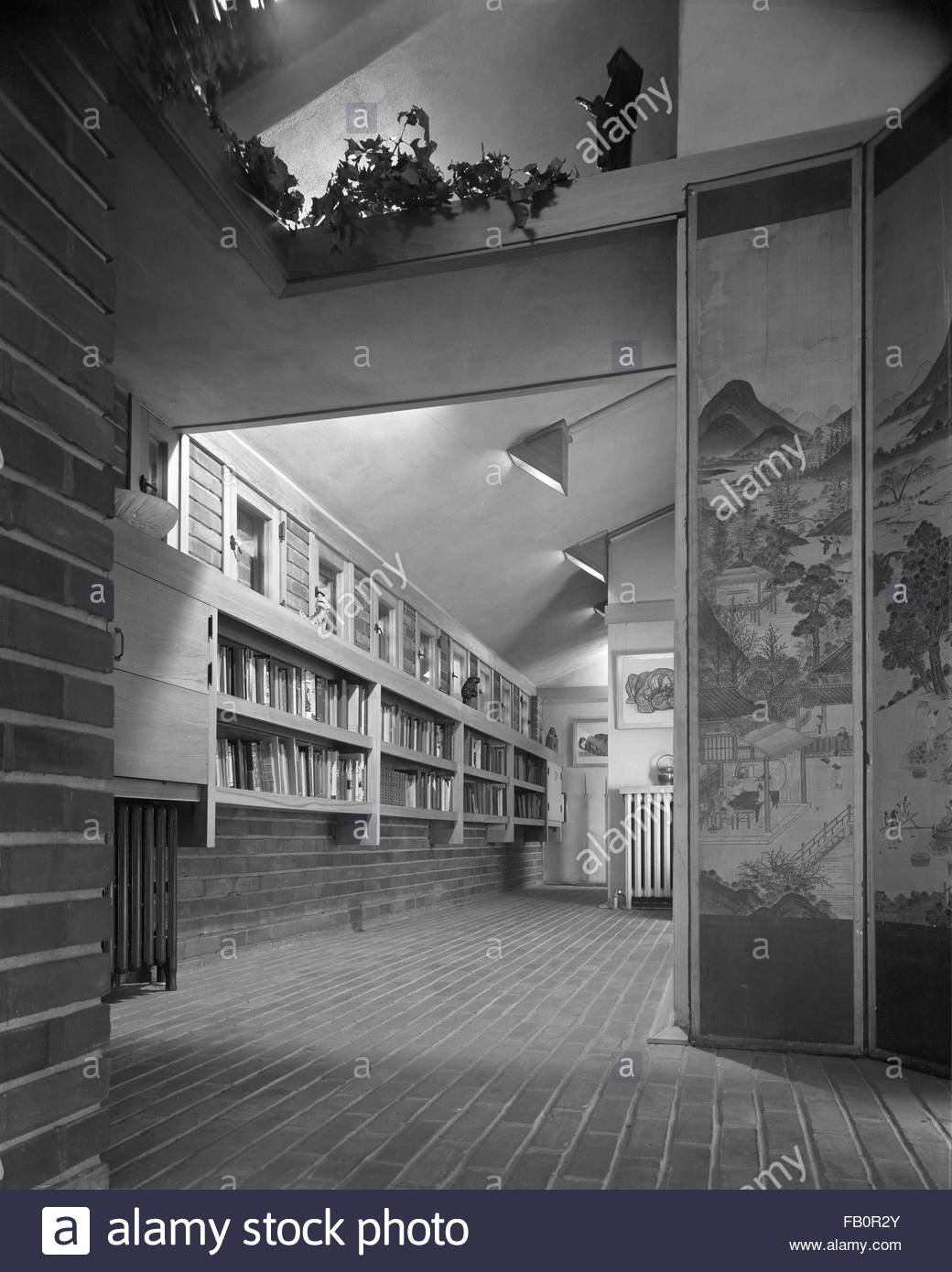 Malcom E. Willey residence in Minneapolis (Minn.), 1937 Dec. A book-lined corridor with a Japanese screen. - Stock Image
