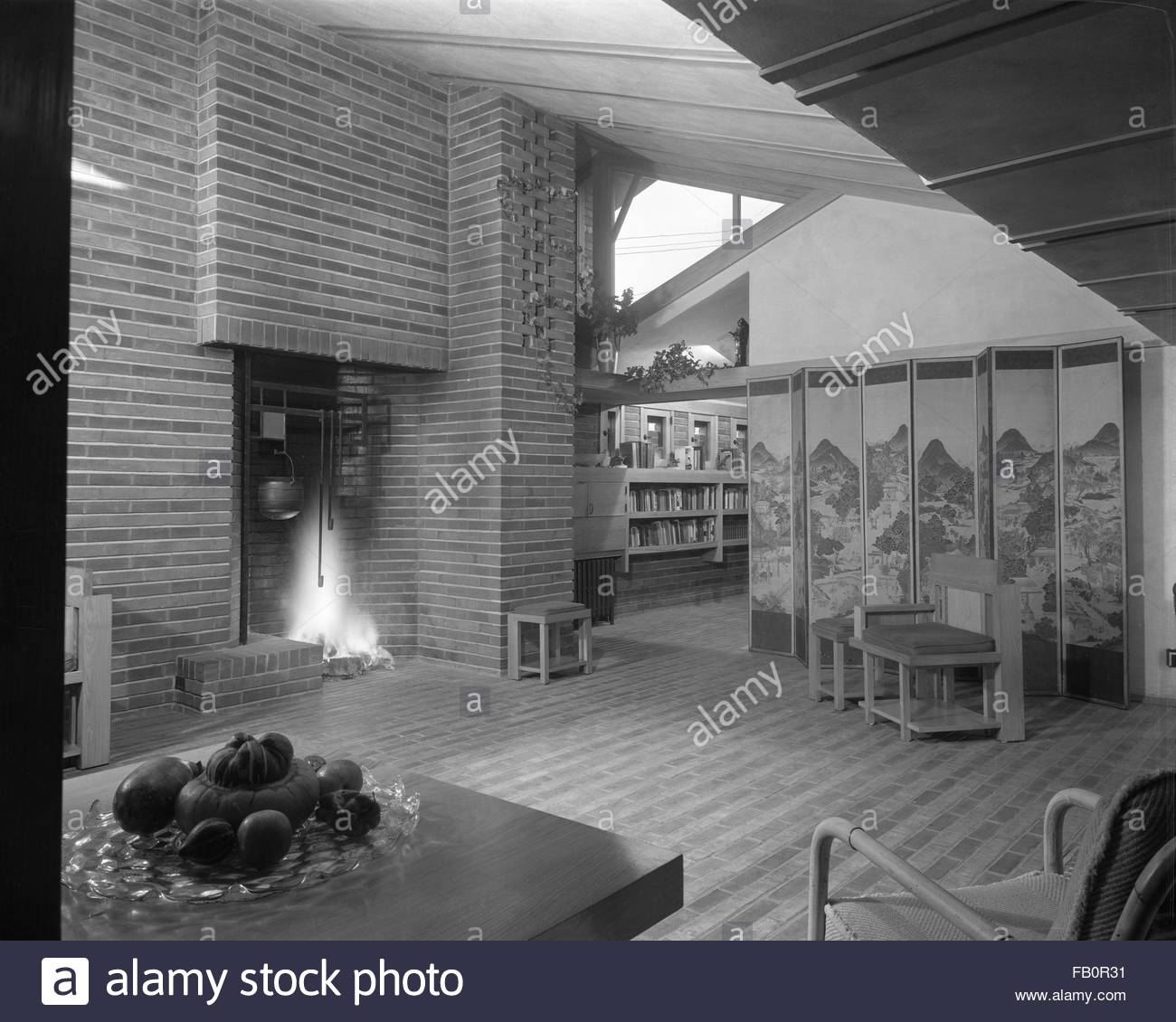 Malcom E. Willey residence in Minneapolis (Minn.), 1937 Dec. Living room with brick fireplace and Japanese screen - Stock Image