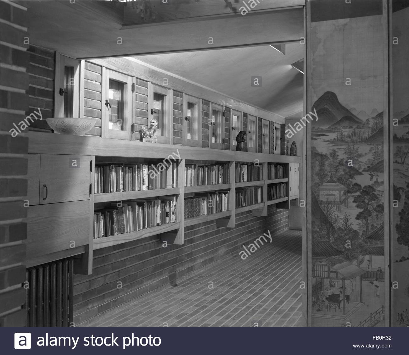 Malcom E. Willey residence in Minneapolis (Minn.), 1937 Dec. A book-lined corridor with a Japanese screen - Stock Image