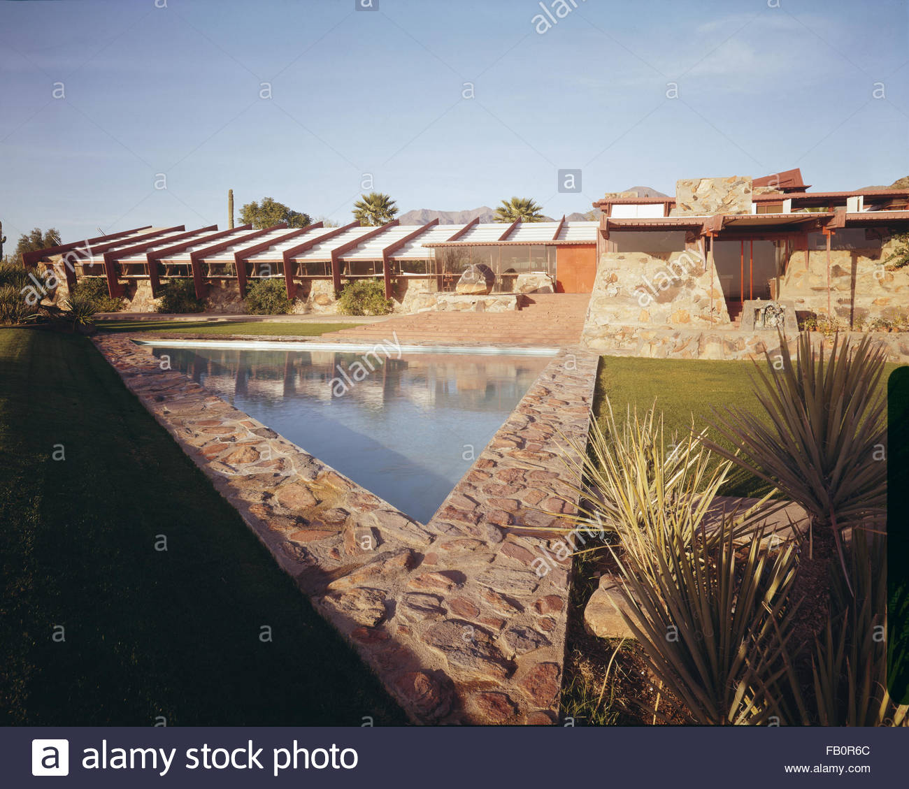 Taliesin West in Scottsdale (Ariz.), 1942 Feb.-1963. Reflecting pool with building behind. - Stock Image