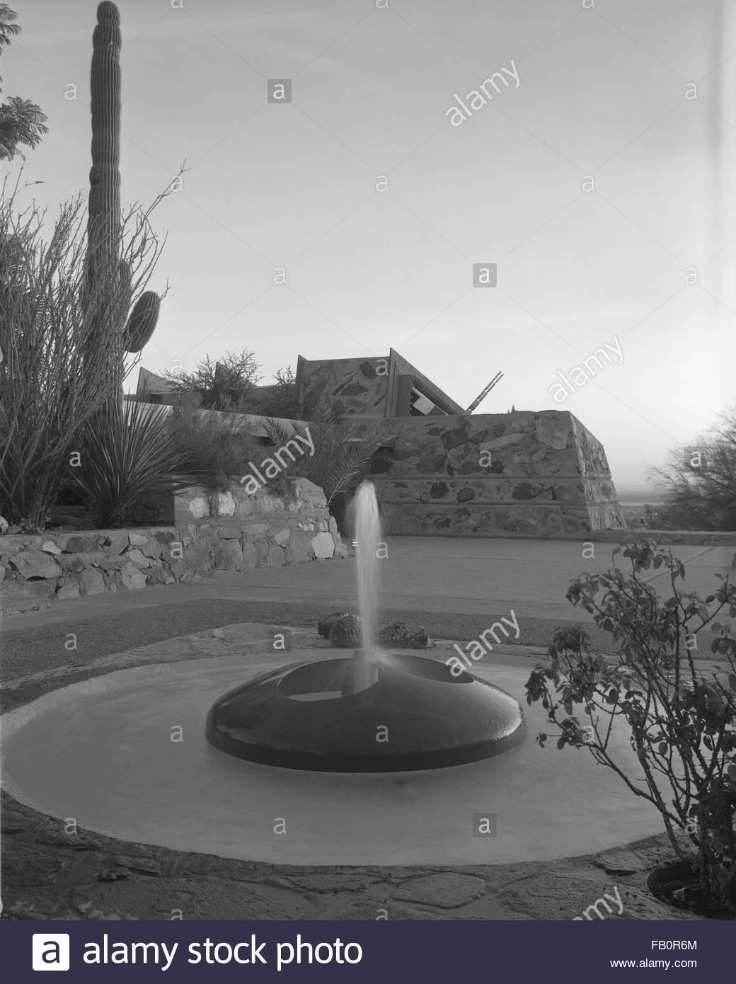 Taliesin West in Scottsdale (Ariz.), 1942 Feb.-1963. Exterior, fountain. - Stock Image