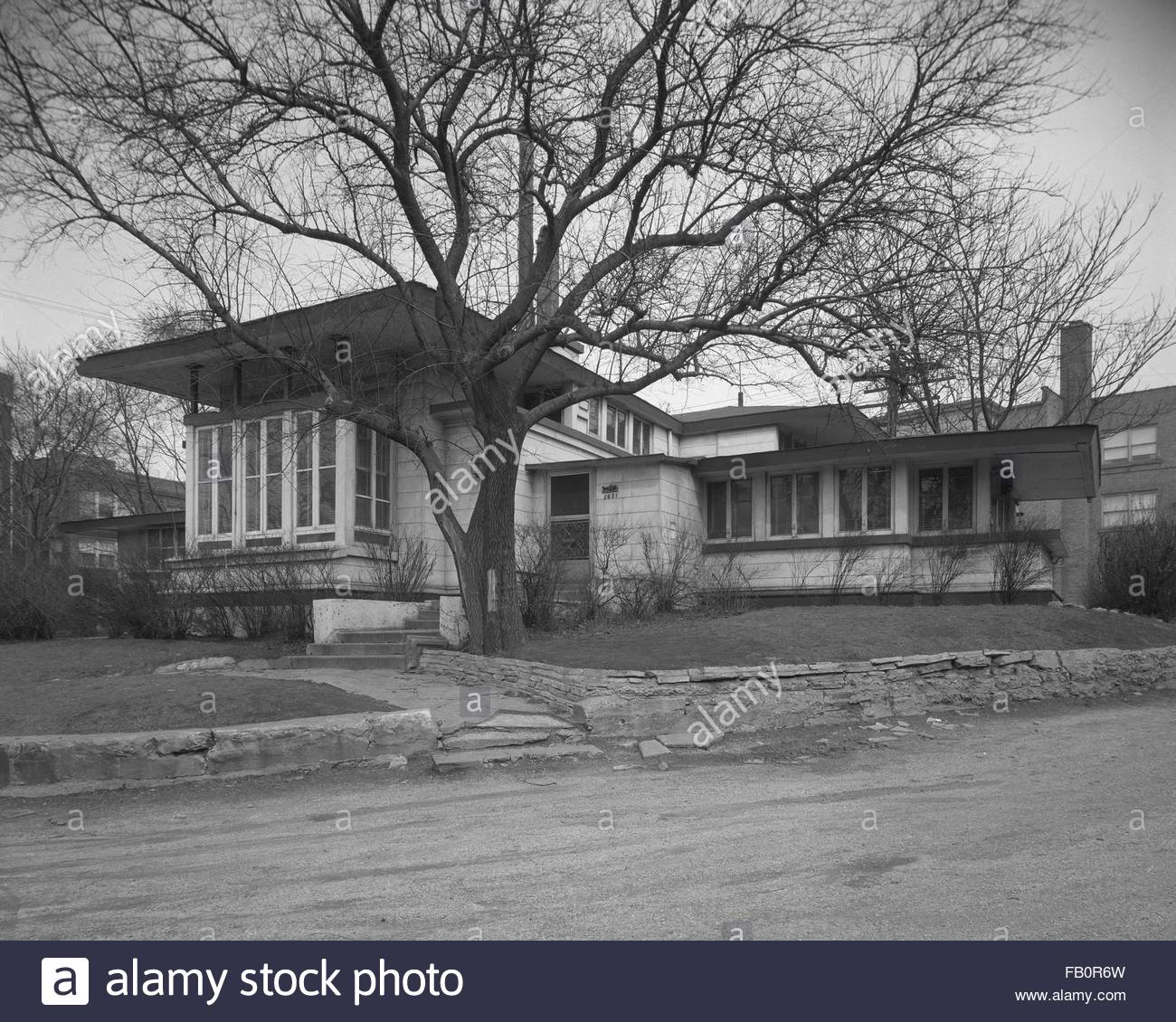 Oscar Steffens residence in Chicago (Ill.), 1963. Front angled view of house from the street. - Stock Image