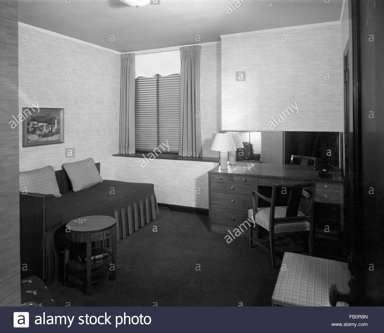 Hotel room at the Stevens Hotel in Chicago (Ill.), 1939 Mar. 2. Interior view of a hotel room with a daybed and - Stock Image