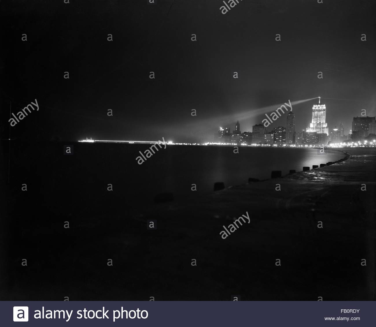 Palmolive Building in Chicago (Ill.), night views, 1939 July 11. Chicago skyline with the spotlight pointing toward - Stock Image