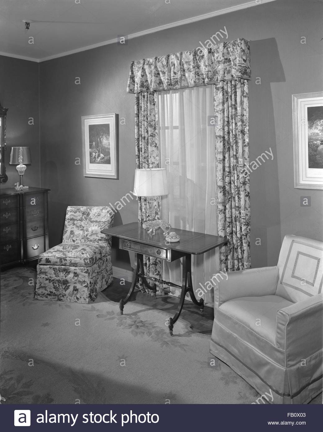 Bedroom furniture at Marshall Field and Company, 1943 Feb. 25. Upholstered chairs, dresser, four-poster twin beds, Stock Photo