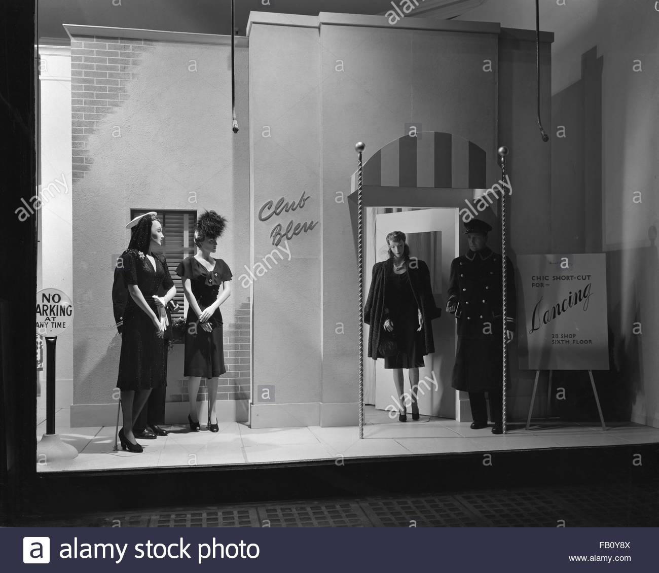 Window displays at Marshall Field and Company featuring the U.S. Army, etc., 1943 Oct. 6. 28 shop, chic-short-cut Stock Photo