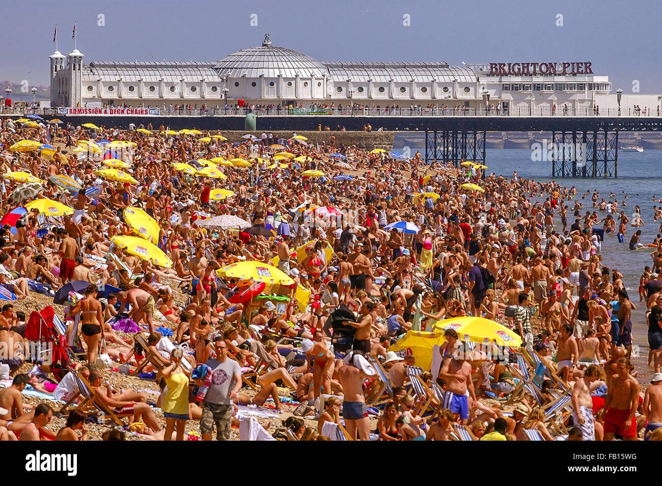 Crowded Brighton beach. - Stock Image