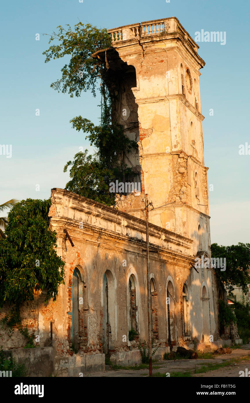 The ruins of Portuguese colonial city of Ambriz (Angola) - Stock Image