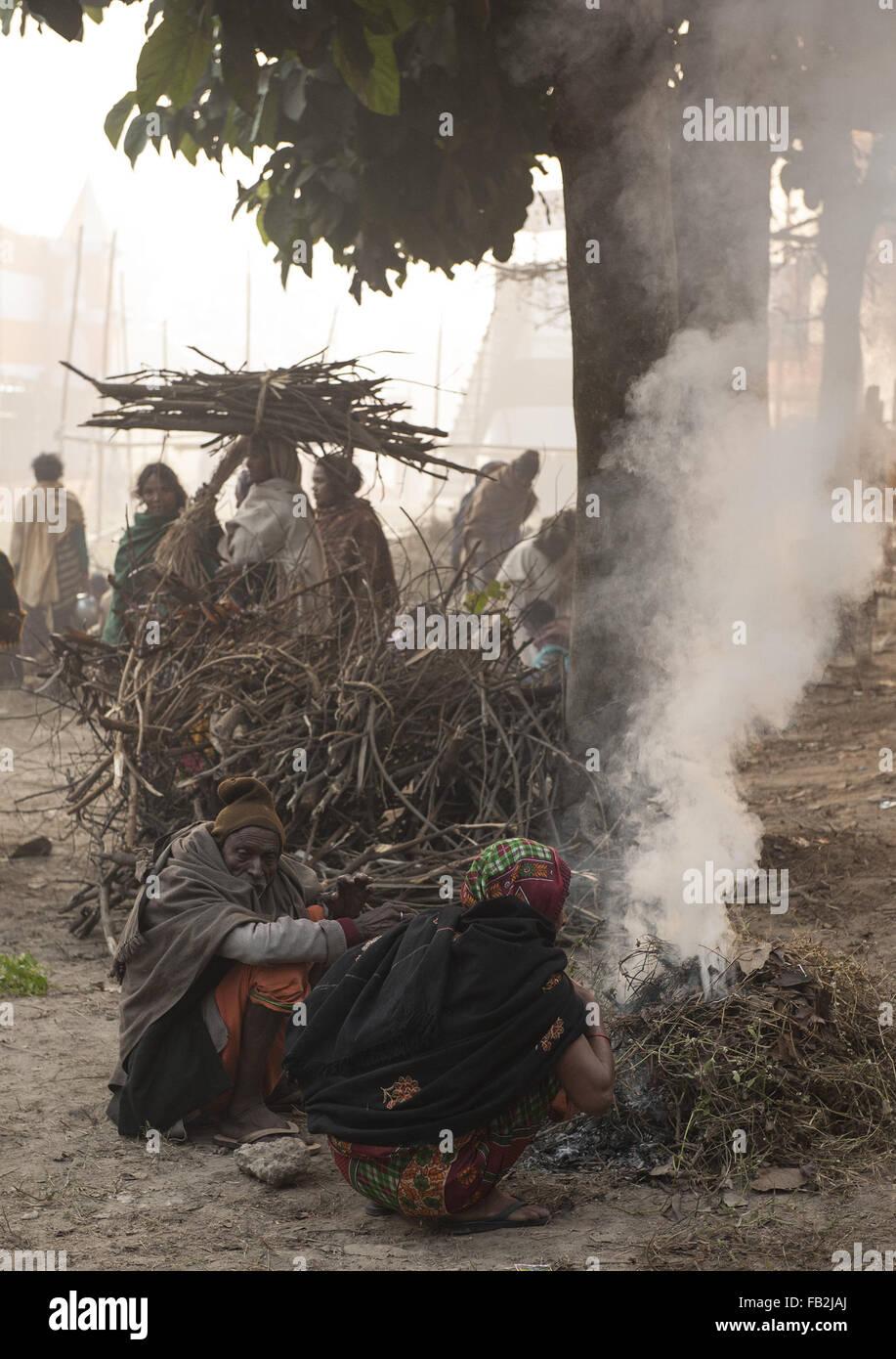 Kolkata, Indian state West Bengal. 8th Jan, 2016. Indian pilgrims warm themselves in Kolkata, capital of eastern - Stock Image