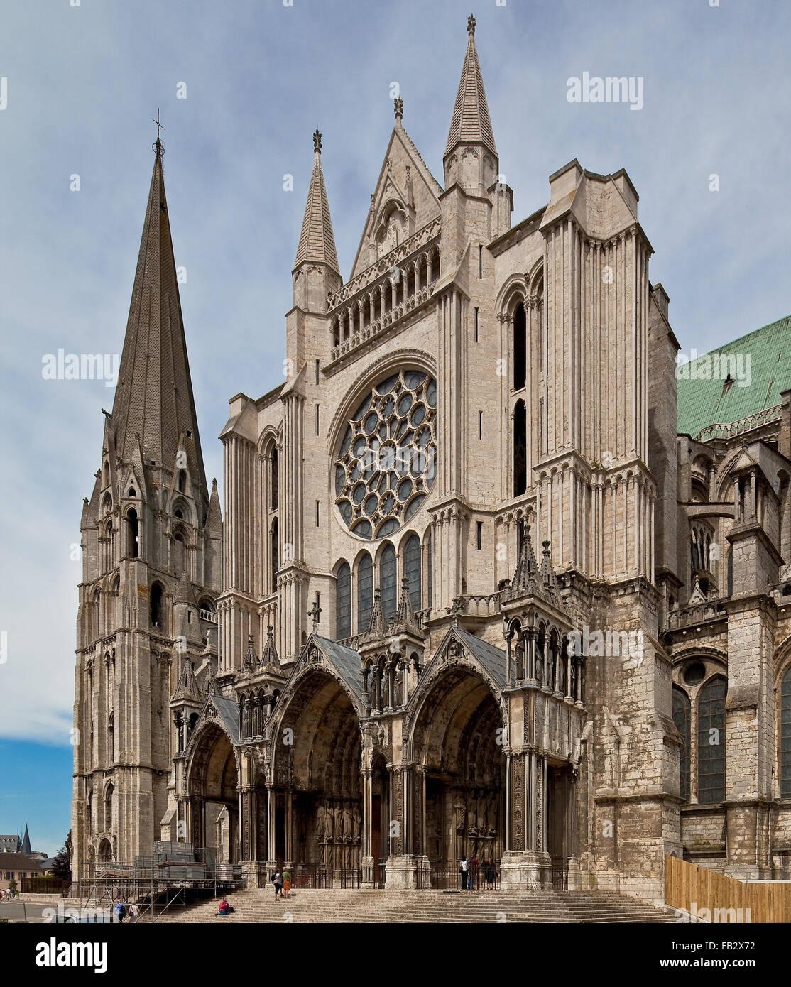 Chartres, Cathedrale, 1195-1260 Hauptbauzeit, Südquerhausgiebel, links südlicher Westturm 1145-64 CLOCHER - Stock Image