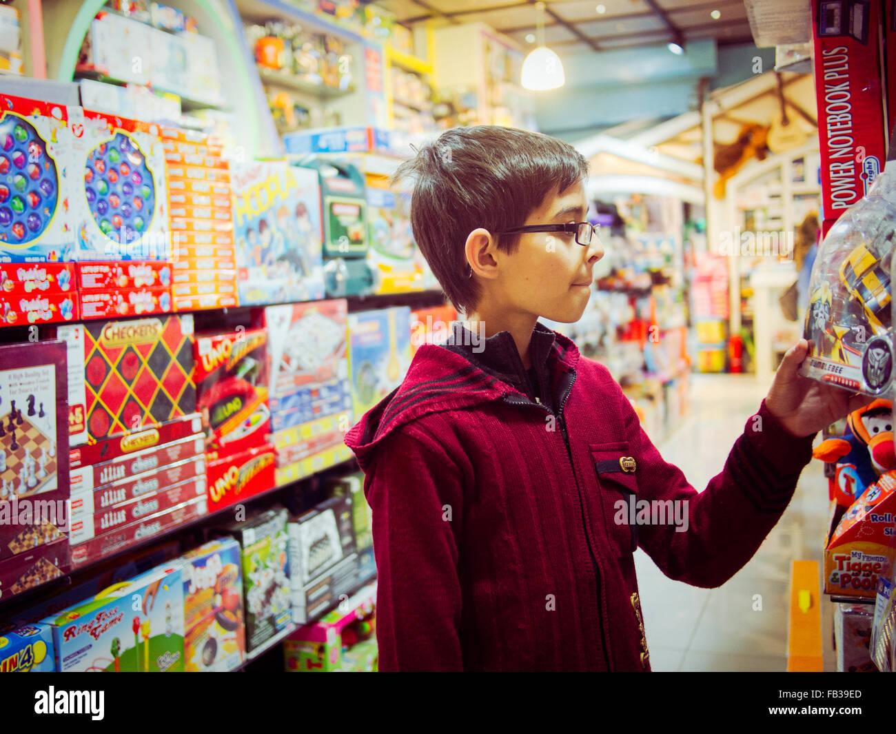 boy shopping toy shop islamabad pakistan - Stock Image
