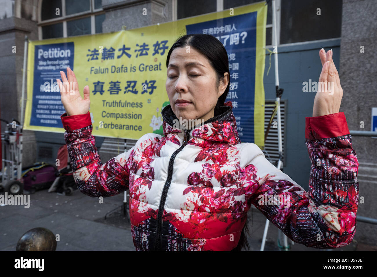 London, UK. 10th January, 2016. Practitioners of Falun Gong (or Falun Dafa) in Chinatown stand in protest against Stock Photo