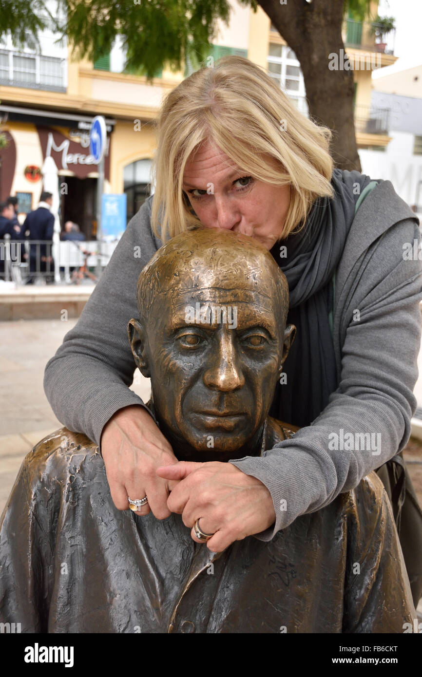 Marinke Winters is kissing Painter Pablo Picasso 1881–1973  Spain Spanish (  This sculpture of Pablo Picasso by - Stock Image