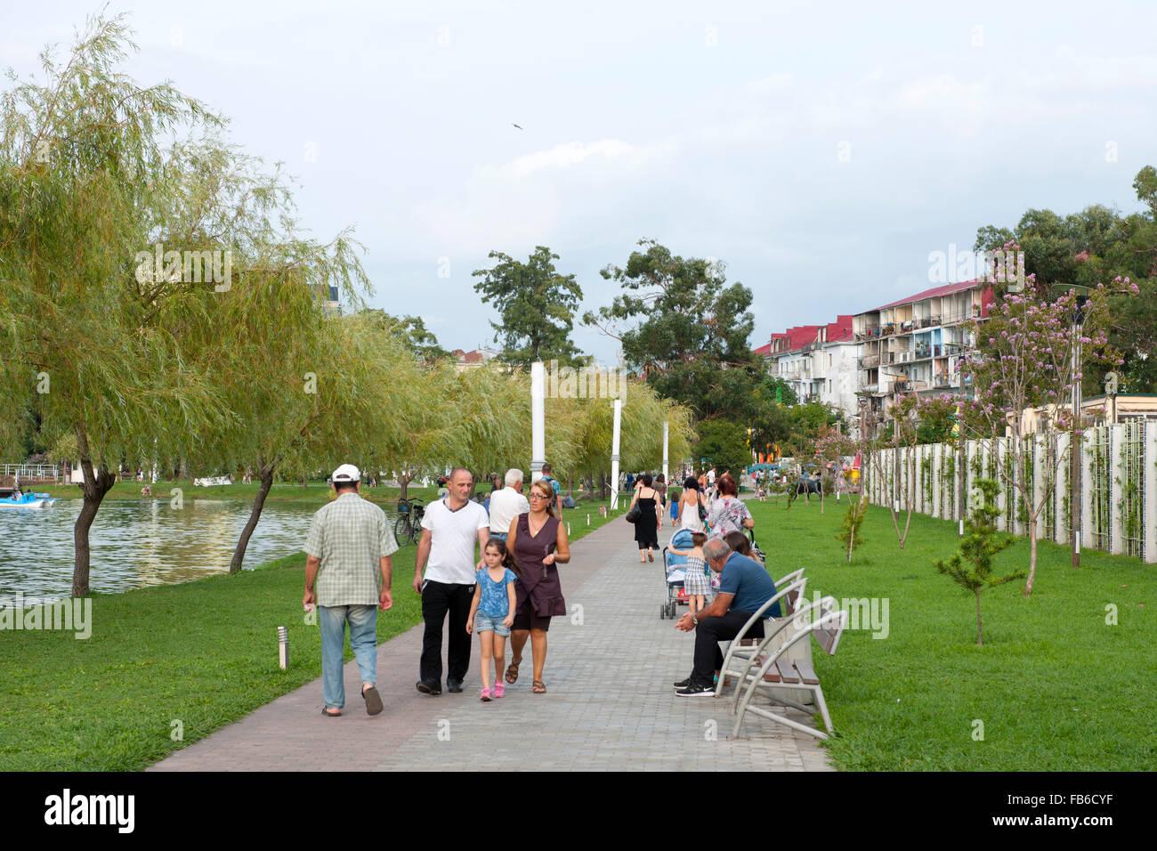 Georgien, Batumi, Spaziergänger am Nuri-Geli-See im Park des 6. Mai Stock Photo