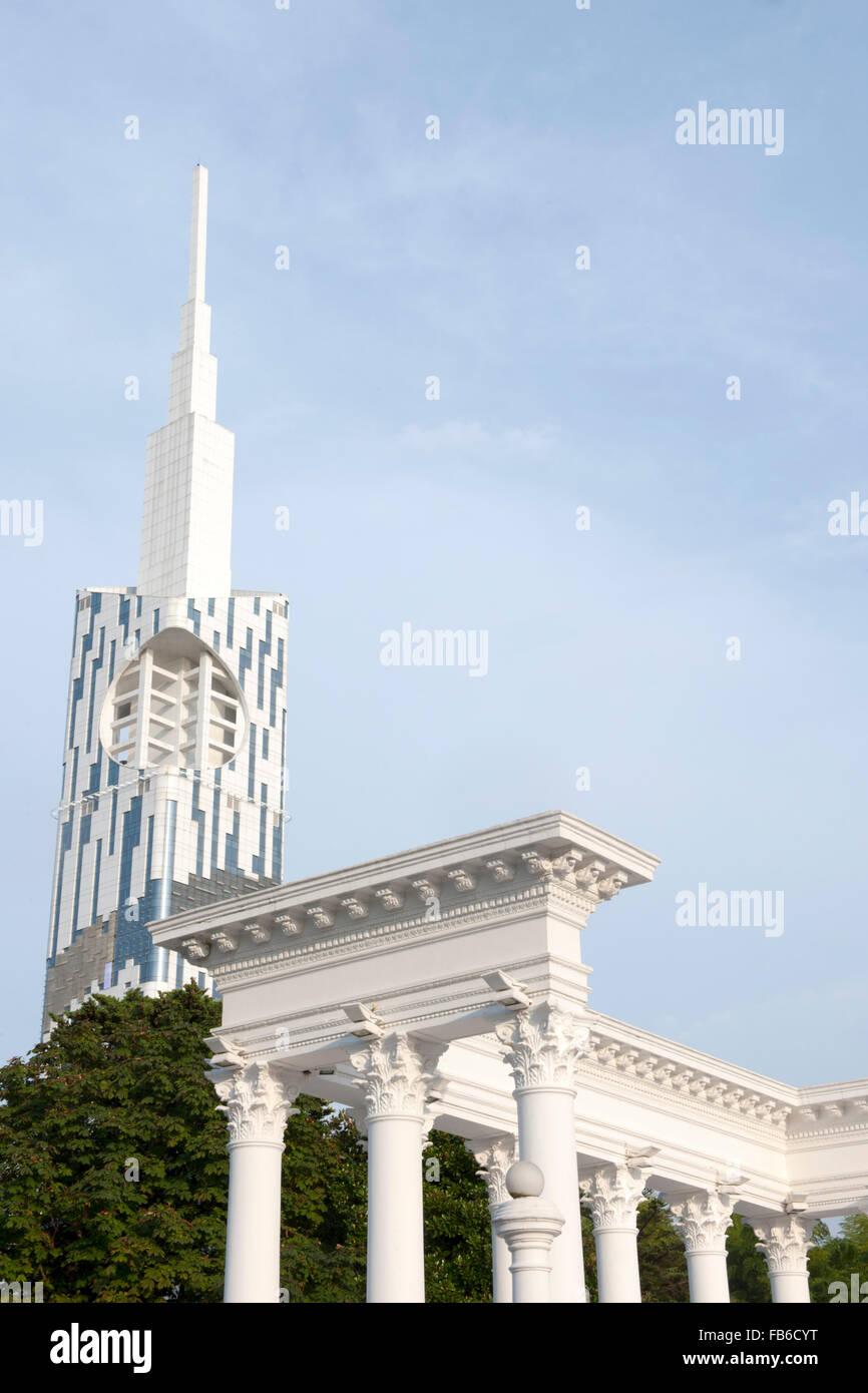 Georgien, Batumi, Kolonnaden am Batumi Boulevard, dahinter Hochhaus der Technischen Universität auch Batumi - Stock Image