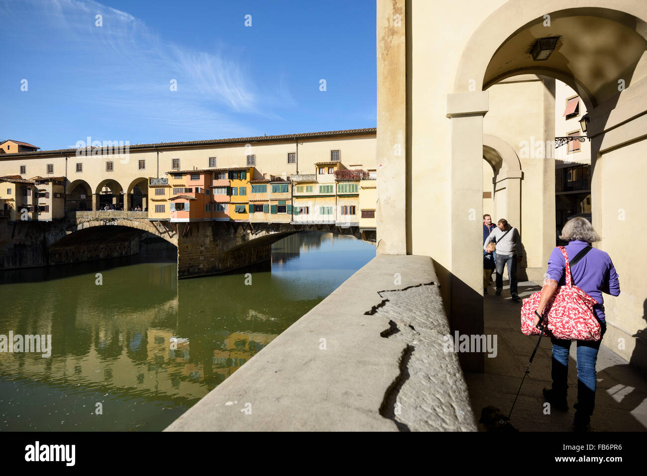 Florence. Italy. The Vasari Corridor runs alongside the River Arno and crosses via the Ponte Vecchio. - Stock Image