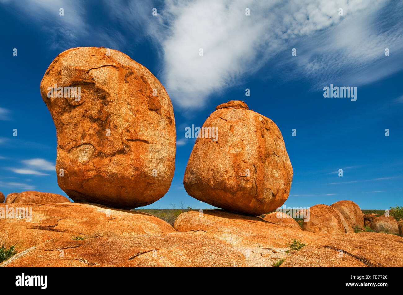 Rock formation of Devils Marbles perfectly in balance. - Stock Image
